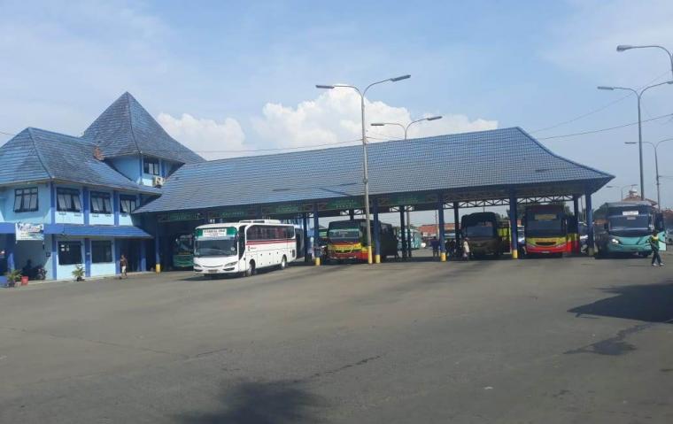Kendaraan Bis Antar Kota Antar Provinsi (AKP) di Terminal Pakupatan. (Foto: TitikNOL)