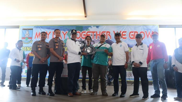 Sejumlah pengurus buruh berfoto bersama dengan Wakil Bupati Serang, Kapolres Serang dan pihak lainnya. (Foto: TitikNOL)