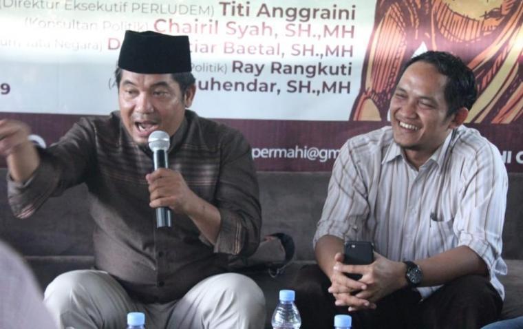 Pengamat kebijakan publik, Suhendar (kanan) saat bersama aktivis dan pengamat politik Indonesia, Ray Rangkuti (kiri). (Foto: TitikNOL)
