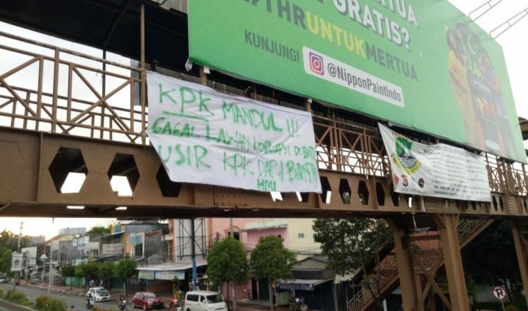 Tulisan Kritikan Yang Terpasang Di JPO Rusak Dekat Carrefour Ciceri Kota Serang. (Foto: TitikNOL)