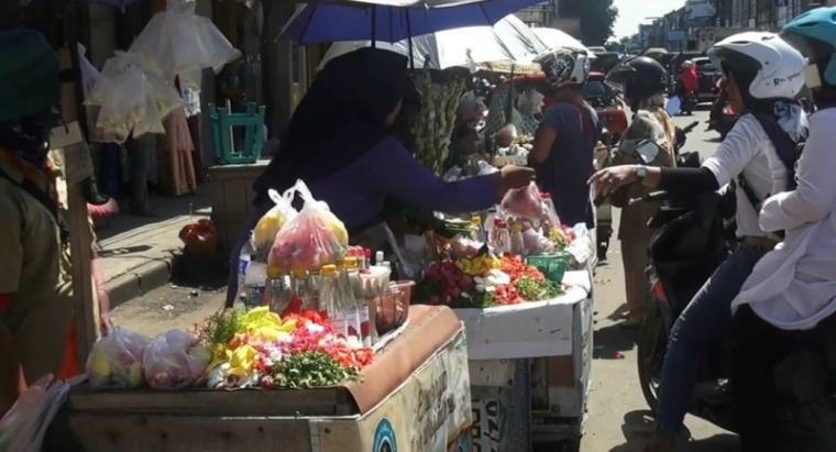 Penjual bunga di Jalan Hasannudin, tepatnya Di Pasar Lama, Kota Serang. (Foto: TitikNOL)