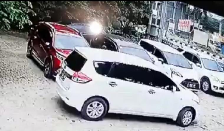 Rekaman CCTV Aksi pencurian uang di dalam mobil milik pegawai di Kantor Dinas Pendidikan Kota Serang. (Foto: TitikNOL)
