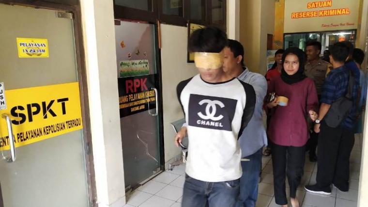 Sujono saat digelandang ke Mapolres Cilegon usai kedapat pencuri HP. (Foto: TitikNOL)