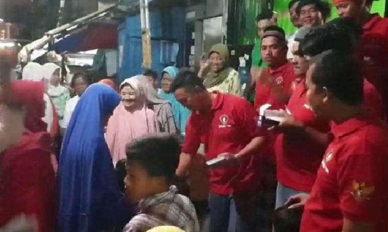 Relawan JARI 98 saat menggelar syukuran kemenangan Joko-Ma'ruf dan buka bersama warga. (Foto: TitikNOL)