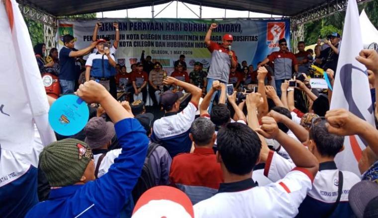 Ratusan buruh saat memperingati May Day di depan kantor Walikota Cilegon, Rabu (1/5/2019) kemarin. (Foto: TitikNOL)