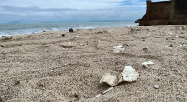 Kawasan wisata pantai anyer dipenuhi sampah stereofoam. (Foto: TitikNOL)