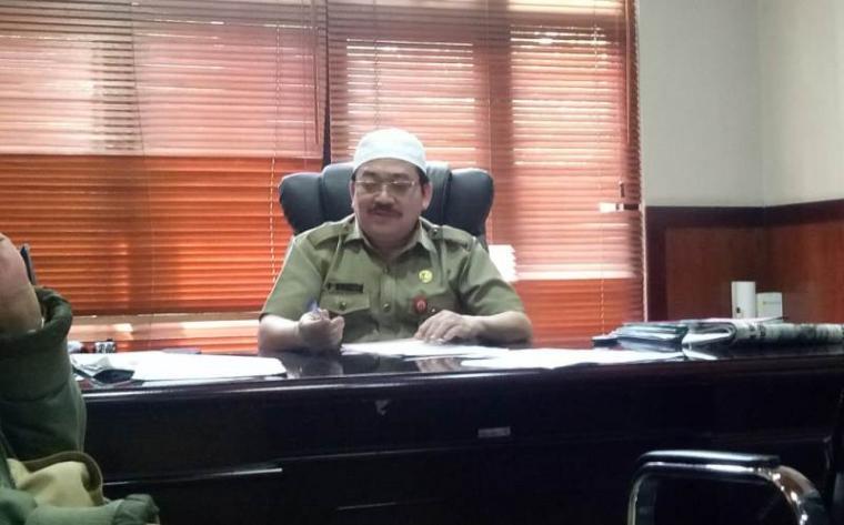 Kadisnakertrans Al Hamidi di ruang kerjanya.(Foto: TitikNOL)