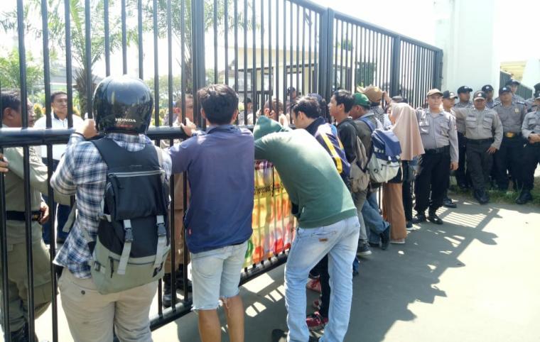 Aksi unjuk rasa di depan kantor Dinas Pekerjaan Umum dan Penataan Ruang (PUPR) Provinsi Banten di Kawasan Pusat Pemerintahan Provinsi Banten (KP3B) Curug, Kota Serang, Jum'at (17/5/2019).