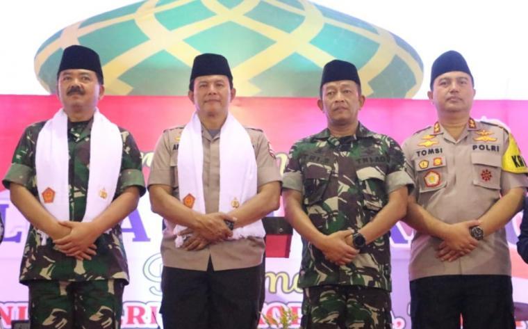 Panglima TNI Marsekal TNI Hadi Tjahjanto dan Wakapolri Komisaris Jendral Polisi (Komjen Pol) Ari Dono Sukmanto, berfoto bersama. (Foto: TitikNOL)