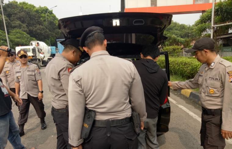 Petugas melakukan pemeriksaan terhadap kendaraan menuju Jakarta di gerbang tol Ciujung, Selasa (21/5/2019). (Foto: TitikNOL)