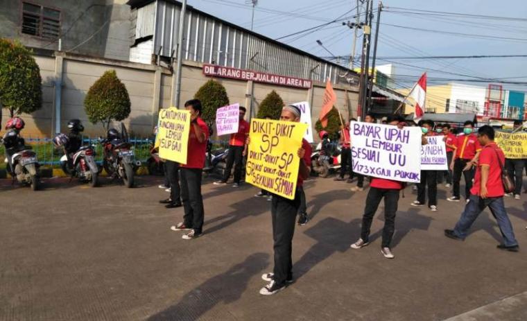 Aksi unjuk rasa di depan PT Sumber Alfaria Wijaya, di Drangong Kecamatan Taktakan, Kota Serang, Kamis (16/5/2019).