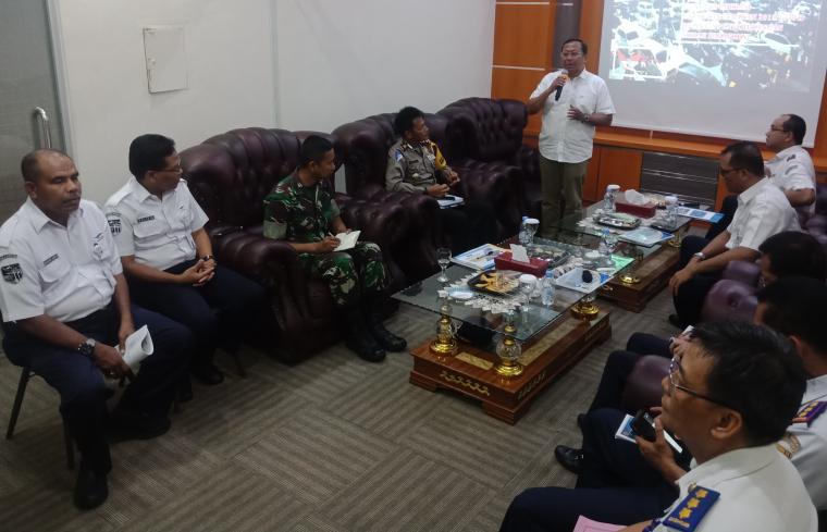 Dirjen Hubdat Kemenhub, Budi Setiyadi saat memimpin rapat koordinasi persiapan menghadapi arus mudik 2019 di kantor ASDP Merak. (Foto: TitikNOL)