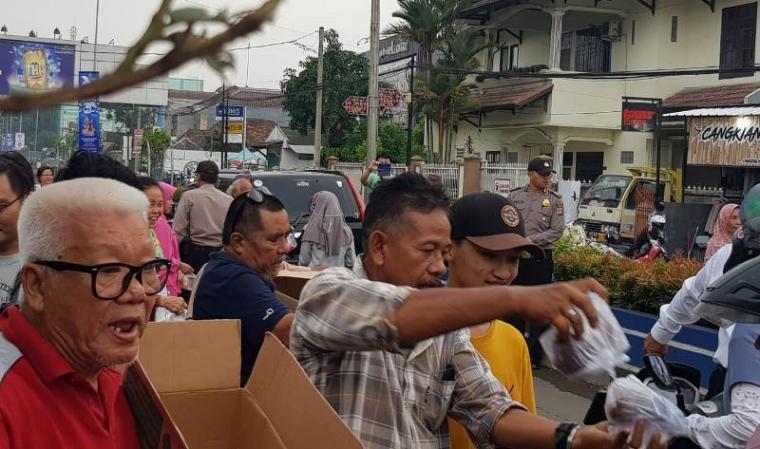 Kegiatan bagi - bagi takjil gratis warga nonmuslim di Rangkasbitung, Kabupaten Lebak di jalan Multatuli. (Foto: TitikNOL)