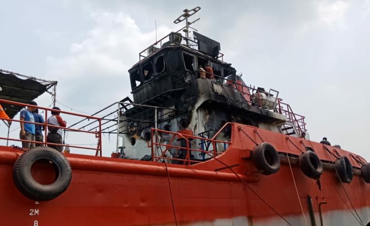 Kapal MT Vendor yang terbakar di galangan kapal PT Timas. (Foto: TitikNOL)