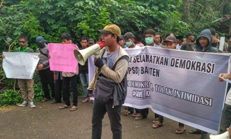 Sejumlah masyarakat yang tergabung dalam aliansi Gerakan Pemuda Selamatkan Demokrasi (GPSD) Banten, saat melakukan aksi unjuk rasa di depan Gedung Komisi Pemilihan Umum (KPU) Banten, Selasa (21/5/2019). (Foto: TitikNOL)