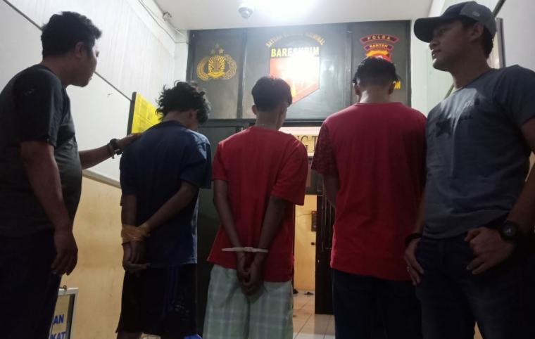 Tiga pelaku penganiayaan saat diamankan Tim Resmob Satreskrim Polres Cilegon. (Foto: TitikNOL)