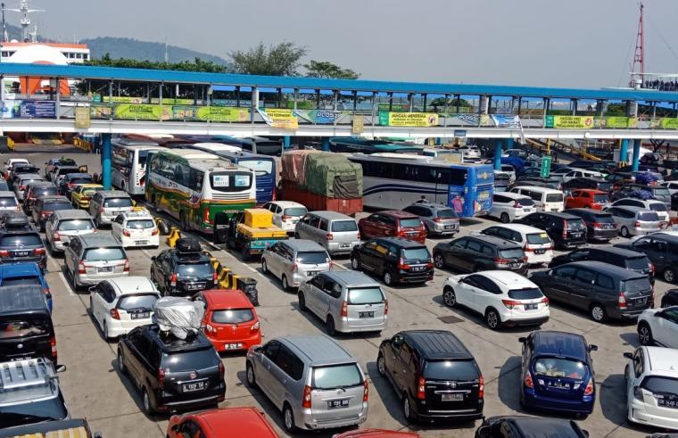 Kendaraan pemudik memadati Pelabuhan Merak. (Foto: TitikNOL)