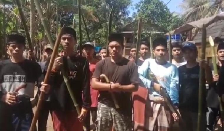 Video puluhan orang yang mengaku santri dari Kabupaten Lebak, yang viral di media sosial. (Foto: TitikNOL)