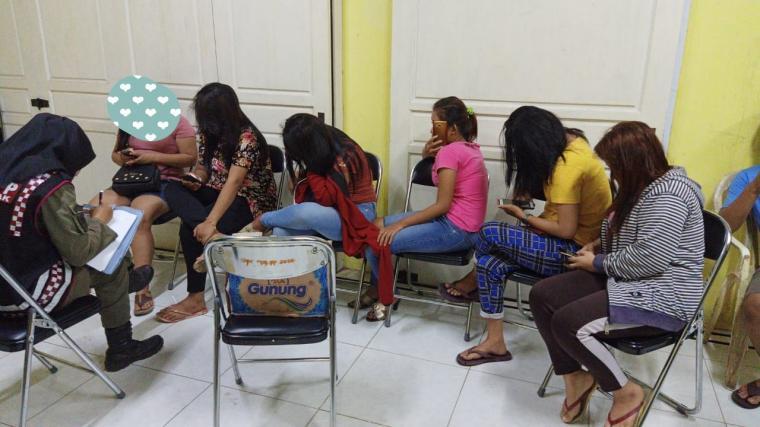 Sejumlah waniya saat diamankan di kantor Satpol PP Lebak. (Foto: TitikNOL)