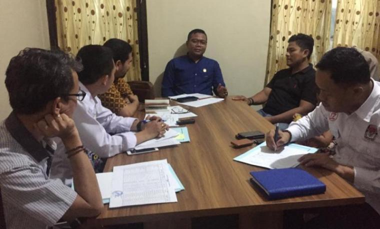 Tim investigasi Komisi Nasional Hak Asasi Manusia (Komnas HAM) saat datangi kantor Komisi Pemilihan Umum (KPU) Kota Serang. (Foto: TitikNOL)
