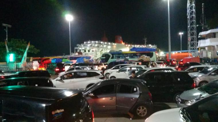 Kendaraan pemudik sudah mulai memadati Pelabuhan Merak. (Foto: TitikNOL)