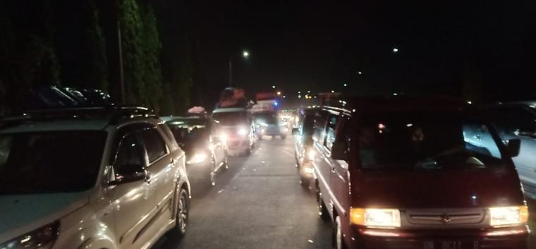 Kendaraan mengantri saat akan keluar gerbang tol Merak. (Foto: TitikNOL)