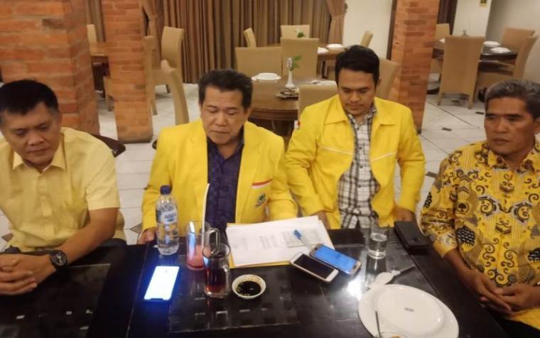 Wakil Ketua DPD II Partai Golkar Cilegon , Arief Rivai Madawi bersama pengurus Golkar lainnya saat memberitalam keterangan awak media terkait raihan suara Pemilu 2019 di salah satu rumah malam di Cilegon. (Foto: TitikNOL)