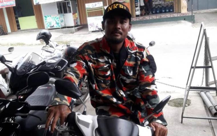 Acep Mulyana, ketua MAC LMPI Kecamatan Cibadak, Kabupaten Lebak saat melakukan pengecekan keberadaan unit sepeda motor milik Arif Hidayat yang diciduk oleh tiga orang matel di kantor Koperasi Sehat Makmur Abadi. (Foto: TitikNOL)