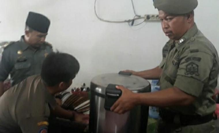 Satuan Polisi Pamong Praja (Satpol-PP) Kota Serang, saat geruduk warung nasi yang berjualan di siang hari di bulan puasa. (Foto: TitikNOL)