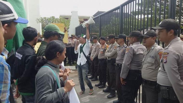 Aksi unjuk rasa Puluhan mahasiswa yang tergabung dalam Badan koordinasi Himpunan mahasiswa Islam (BADKO HMI) Jabodetabek-Banten di depan kantor pusat pemerintahan Provinsi Banten (KP3B) Curug kota Serang. (Foto: TitikNOL)