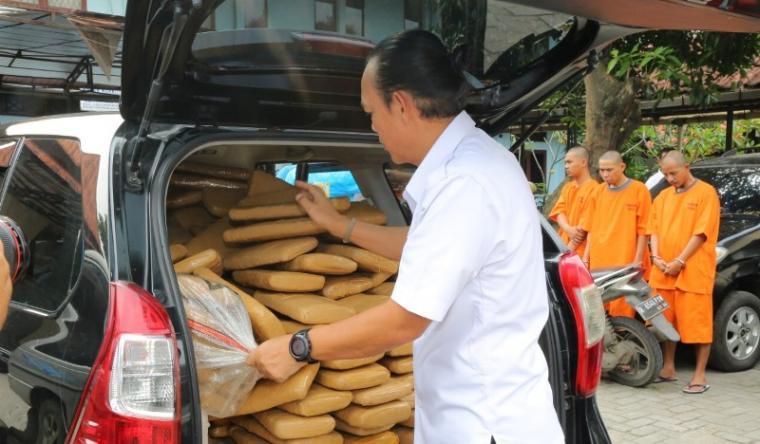 Tiga orang tersangka berikut dengan barang bukti 300 kg ganja diamankan BNN. (Istimewa).