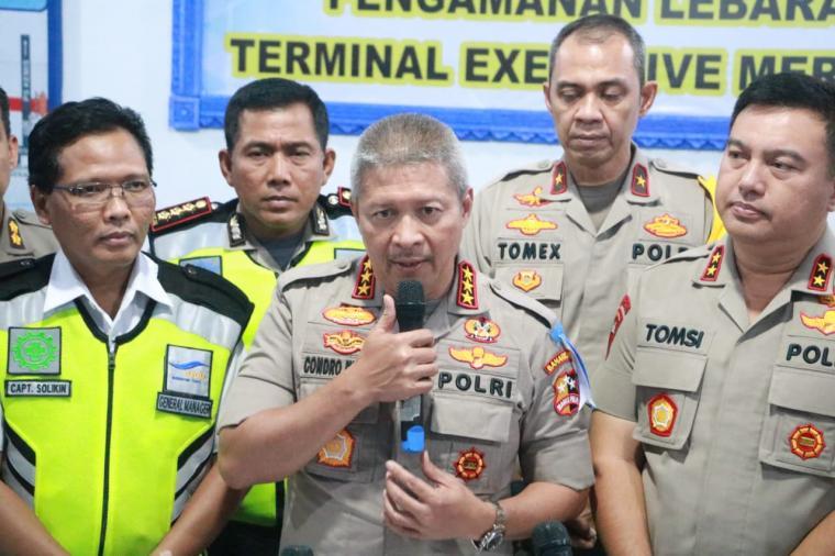 Kapolda Banten dan Dirlantas mendampingi Kabaharkam Komjen pol Condro Kirono, saat jumpa pers musim mudik lebaran di Pelabuhan Merak. (Foto: Ist)