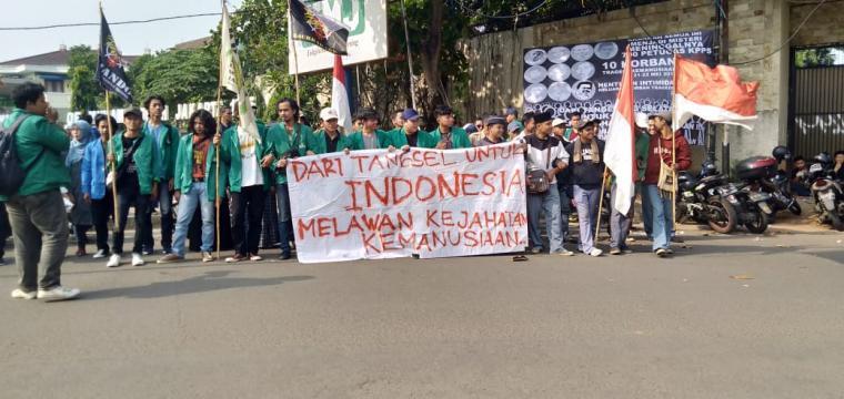Aksi unjukrasa sejumlah Mahasiswa di depan kampus Universitas Muhammadiyah Jakarta (UMJ), Ciputat, Tangsel, Kamis (26/6/2019). (Foto: TitikNOL)