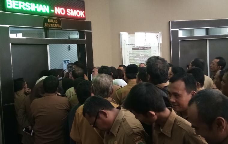 Ratusan ASN Pemprov Banten berkumpul di aula Inspektorat Pemrov Banten, menunggu giliran diperiksa. (Dok: TitikNOL)