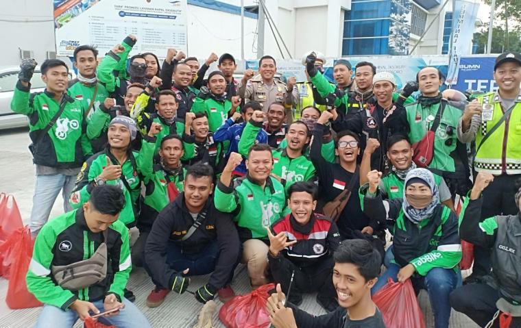 Dirlantas Polda Banten Kombes Pol Wibowo, berfoto bersama para driver Gojek di Pelabuhan Merak. (Foto: TitikNOL)