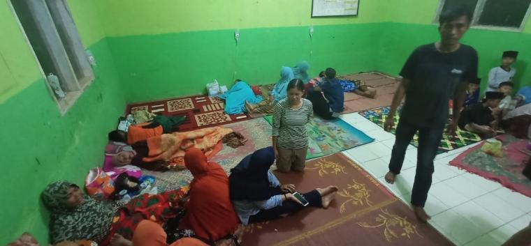 Sejumlah warga saat mendapatkan penanganan di Puskesman Mancak. (Foto: TitikNOL)