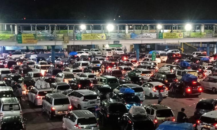 Ratusan kendaraan pemudik saat antre menunggu giliran masuk ke kapal di Pelabuhan Merak.(Dok.TitikNOL).