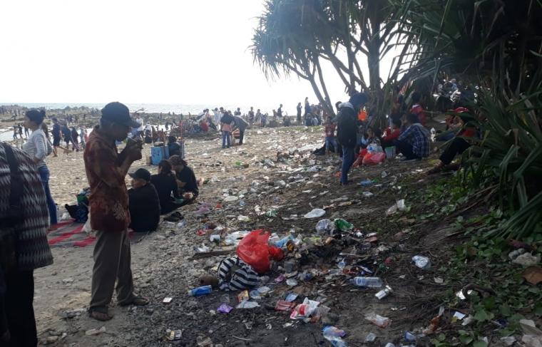 Sampah terlihat mengotori badan pantai di Pantai Tanjung Layar, Sawarna. (Foto: TitikNOL)