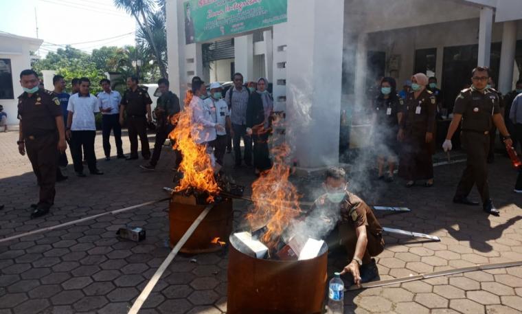 Pemusnahan barang bukti yang telah berkuatan hukum tetap di halaman kantor Kejari Kota Cilegon. (Foto: TitikNOL)