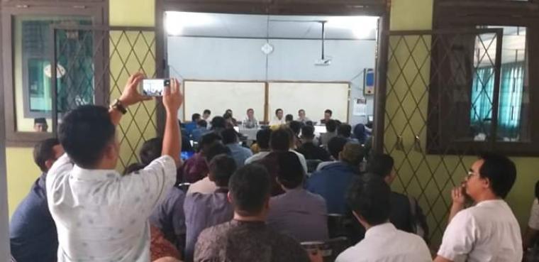 Suasana pertemuan sejumlah Kepala Sekolah SMA se-Tangerang raya dengan Sekda Banten, Al Muktabar. (Foto: Facebook Ucu Jauhar)