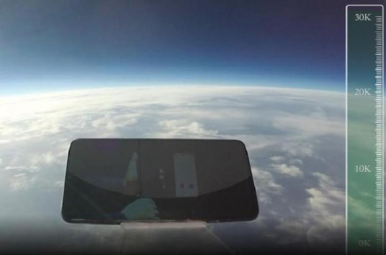 Smartphone IQOO yang dijatuhkan dari ketinggian 31.540 meter. (Dok: Tempo)