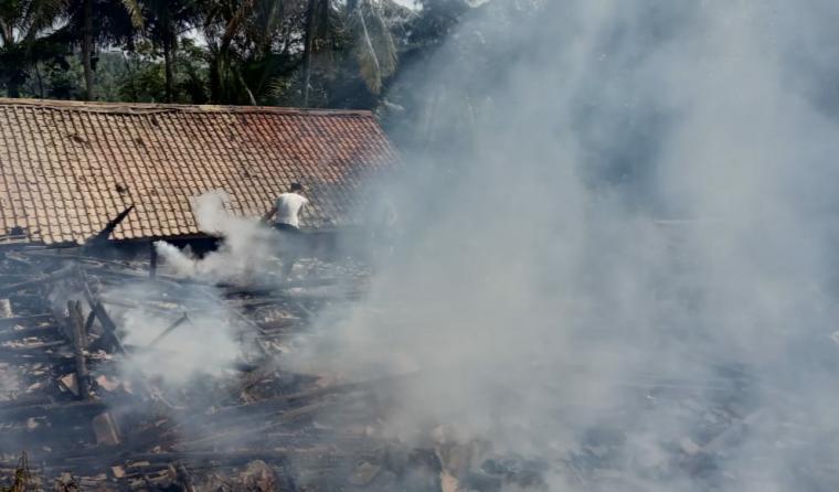Kebakaran yang menghanguskan tiga rumah milik warga Kampung Taleus RT 005/RW 001 Desa Luhur Jaya, Kecamatan Cipanas, Kabupaten Lebak. (Foto: TitikNOL)