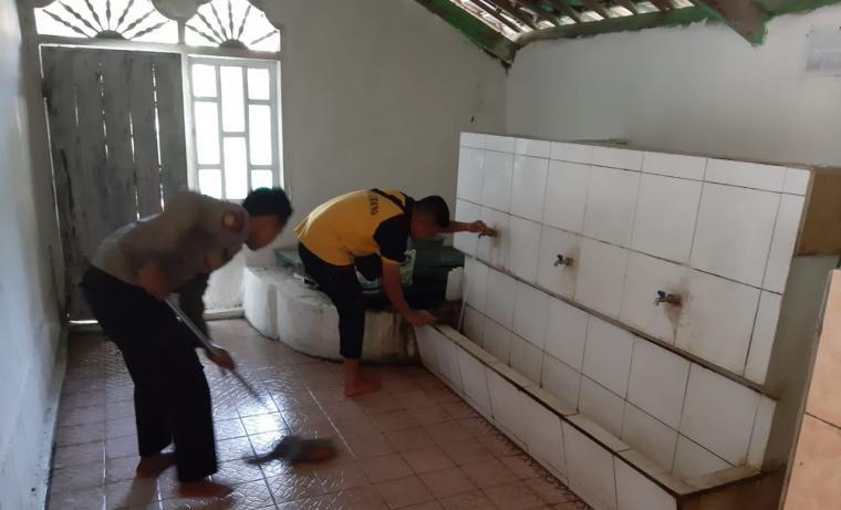Jajaran Kepolisian Resort (Polres) Serang saat gelar bakti religi di mesjid al hidayah. (Foto: TitikNOL)