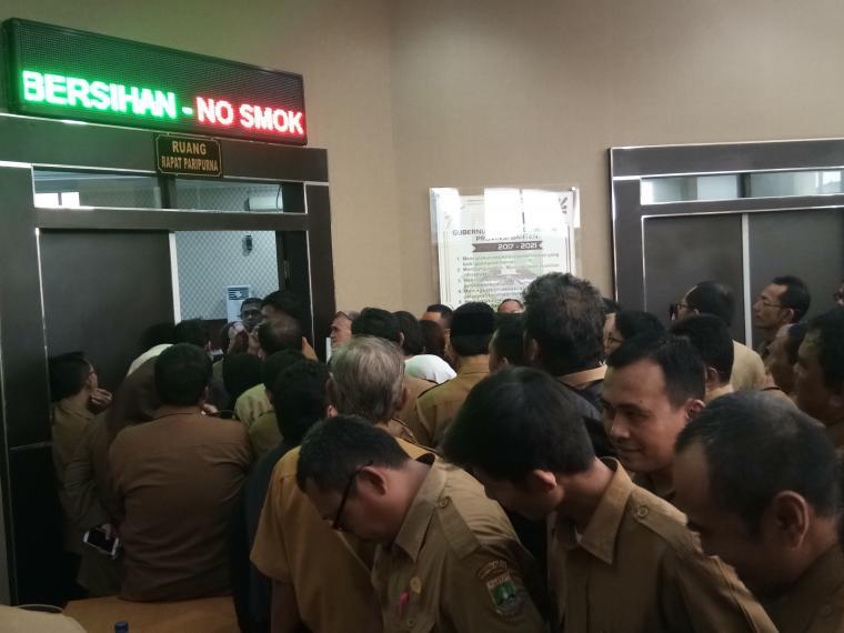 Para ASN Pemprov Banten terlihat mengantre di depan aula di lantai 2 Gedung Inspektorat Banten. (Foto: TitikNOL)