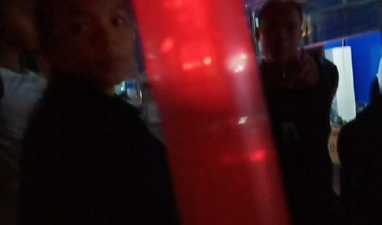 Kisruh antara salah satu pemudik dengan salah satu petugas ASDP di Gardu Top Up pengisian uang elektronik Dermaga Eksekutif, Pelabuhan Merak, Kota Cilegon, Senin (03/6/2019) dinihari. (Foto: TitikNOL)
