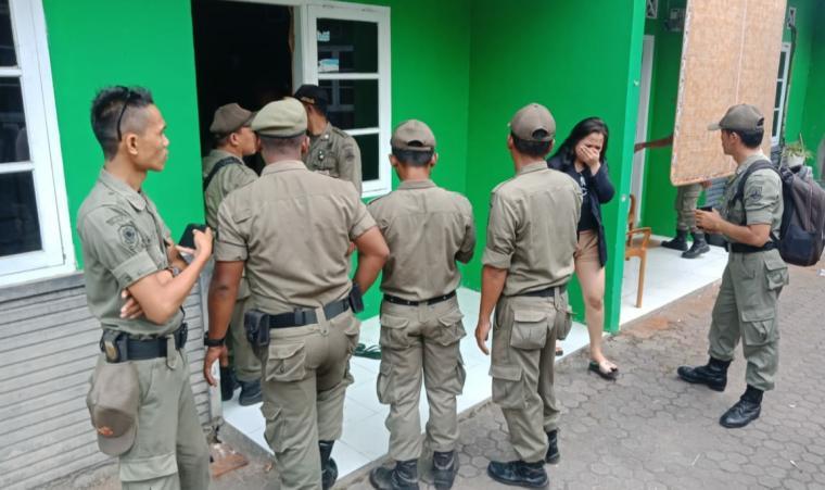 Petugas Satpol PP Kota Cilegon saat menggelar operasi yustisi di kontrakan di Kecamatan Citangkil. (Foto: TitikNOL)