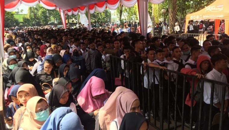 Ribuan pencari kerja mengantre menuju lokasi Job Fair di Hotel Grand Mangku Putra Cilegon. (Foto: TitikNOL)