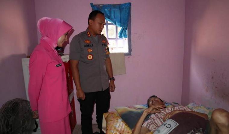 Kapolres Serang AKBP Indra Gunawan saat anjangsana menjenguk. (Foto: TitikNOL)