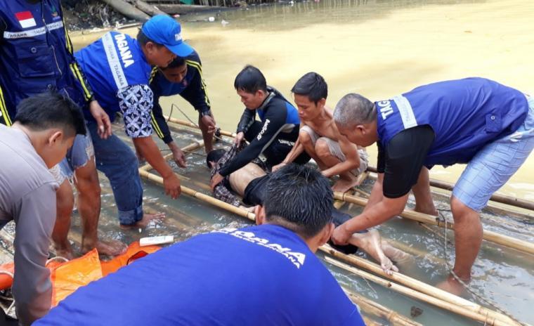 Jasad korban yang terjatuh dari Jembatan Dua Sungai Ciujung, Kelurahan Cijoro Lebak, Kecamatan Rangkasbitung, Kabupaten Lebak. (Foto: TitikNOL)
