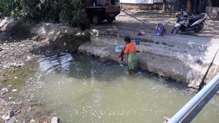 Warga Link Kilasa Dua, Kelurahan Kilasa Dua Kecamatan Kasemen, Kota Serang, mengandalkan air irigasi untuk kebutuhan Mandi, Cuci, Kakus (MCK). (Foto: TitikNOL)